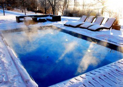 Ta ett dopp mitt i vintern! Poolen är alltid varm!